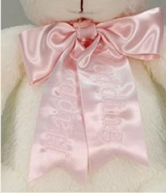 うさぎのウェイトドールは新婦様用の大きなリボンにきれいな刺繍が付いています。柔らかな色のリボンが純白のうさぎに良く似合っています。